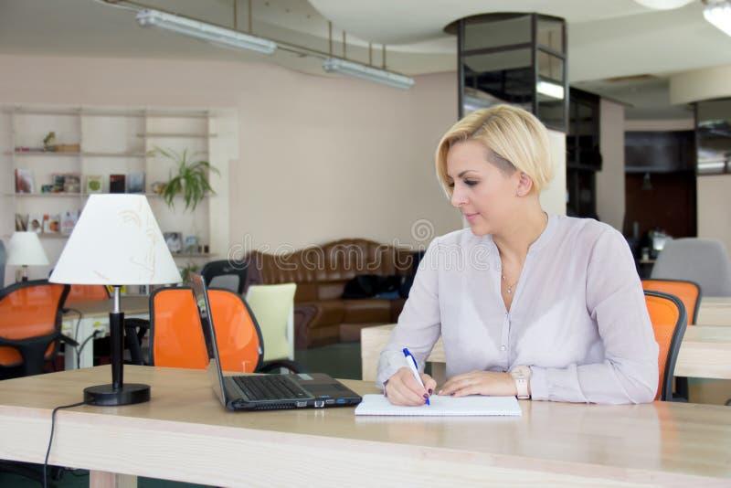 Vrouw in het bureau met laptop royalty-vrije stock foto's
