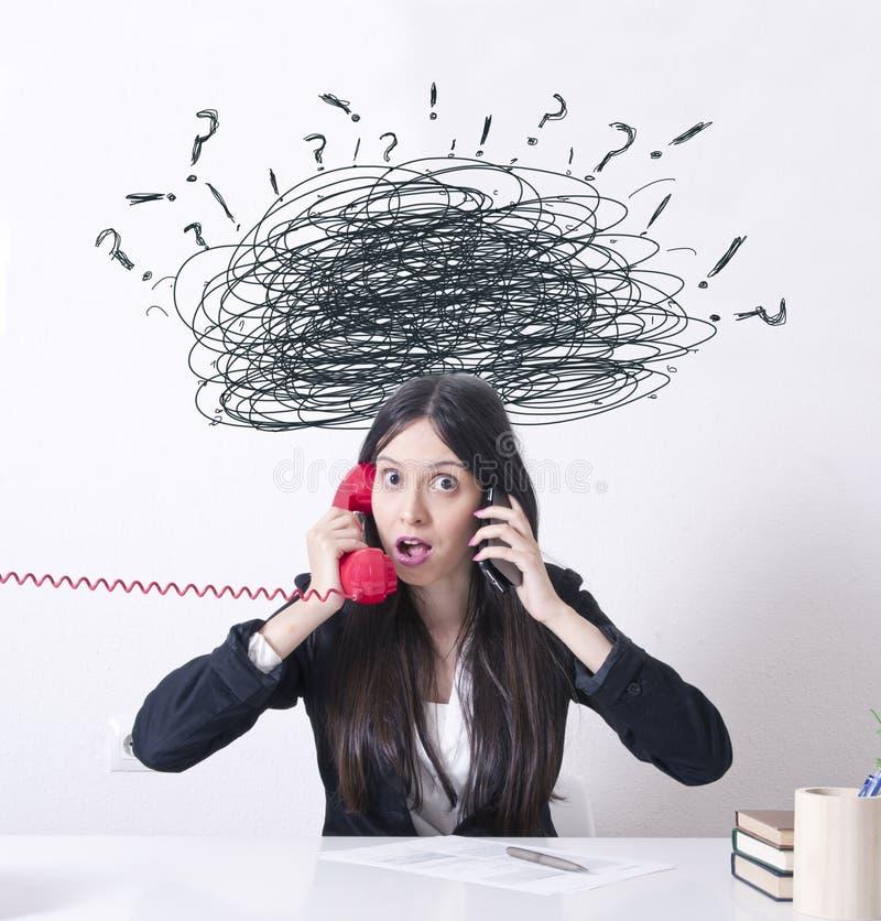 Vrouw in het bureau met problemen en spanning royalty-vrije stock foto's