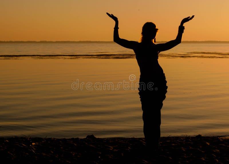 Vrouw het dansen traditie trible oosterling royalty-vrije stock afbeelding