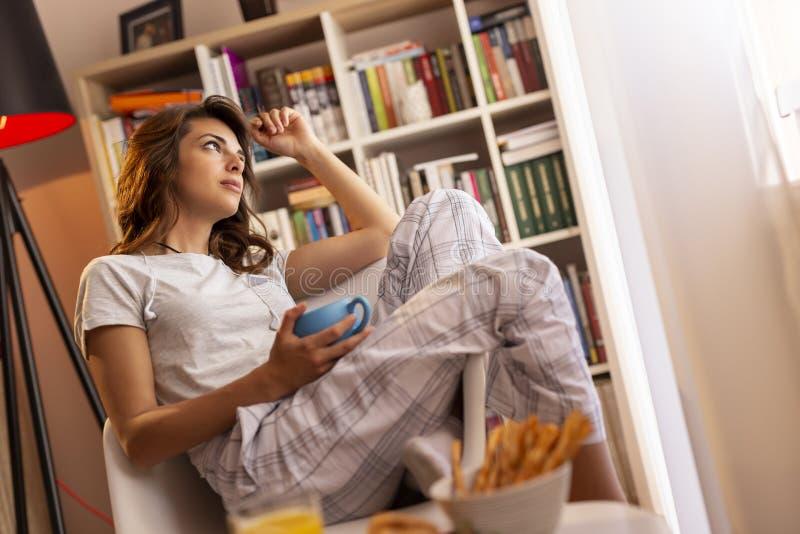 Vrouw het drinken koffie stock afbeelding