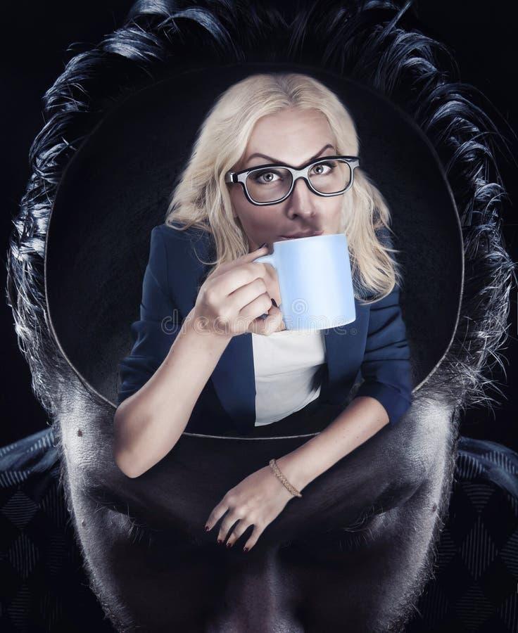 Vrouw het drinken koffie stock foto