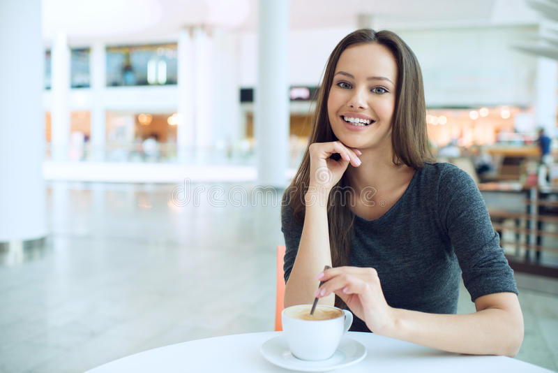 Vrouw het drinken koffie in de ochtend bij restaurant zachte nadruk stock afbeeldingen