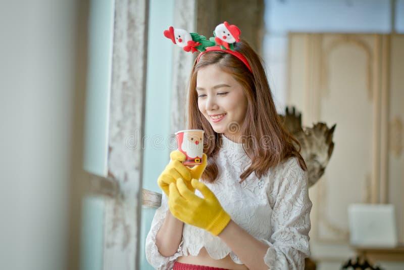 Vrouw het drinken koffie op een heldere dag stock foto's