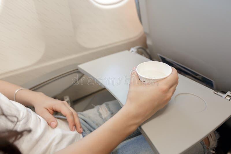 Vrouw het drinken koffie op vliegtuig royalty-vrije stock foto