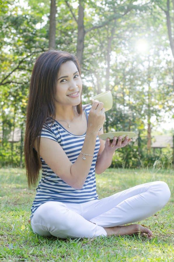 Vrouw het drinken koffie in park royalty-vrije stock foto