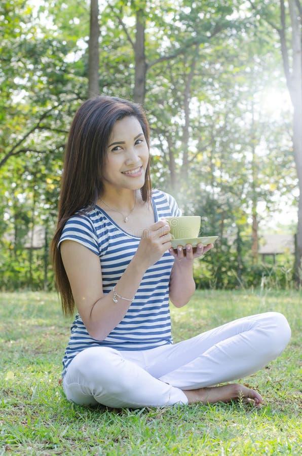 Vrouw het drinken koffie in park royalty-vrije stock foto's
