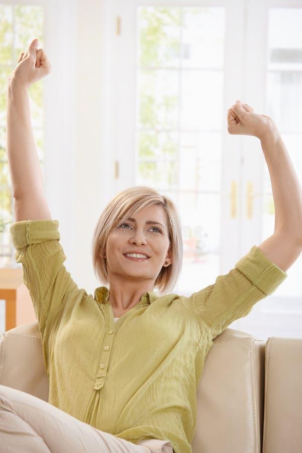 Vrouw het drinken thee en zich thuis het uitrekken stock foto's