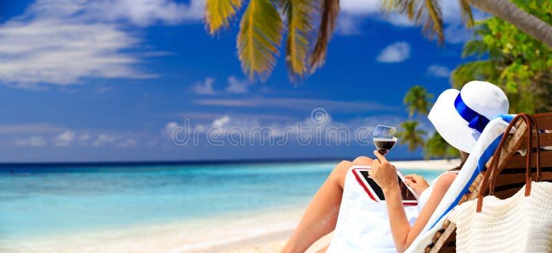 Vrouw het drinken wijn en het bekijken aanrakingsstootkussen royalty-vrije stock afbeeldingen