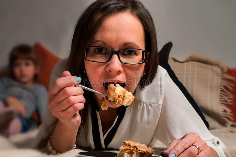 Vrouw het eten stock afbeeldingen