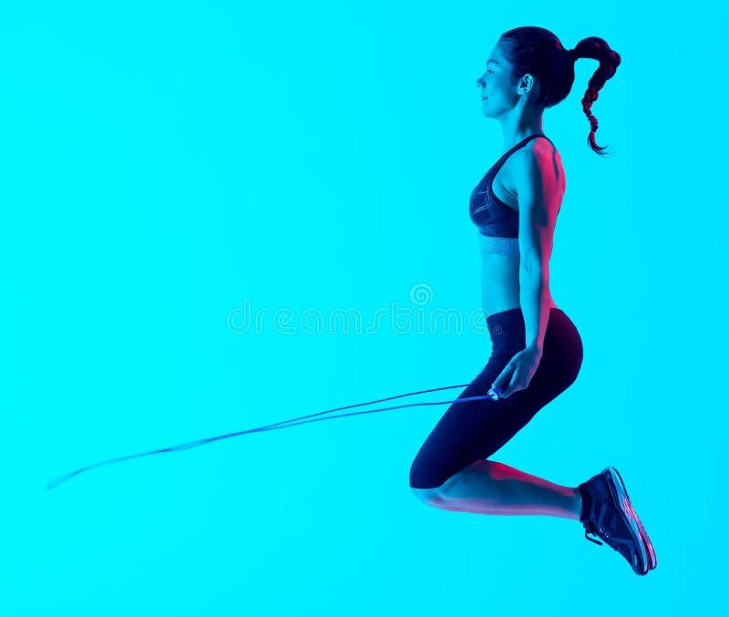 Vrouw het exercsing geïsoleerde exercices van de touwtjespringengeschiktheid stock afbeelding
