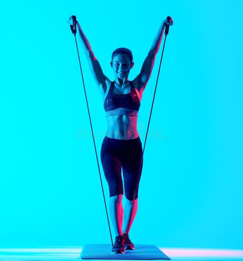 Vrouw het exercsing geïsoleerde exercices van geschiktheidselastieken royalty-vrije stock afbeeldingen