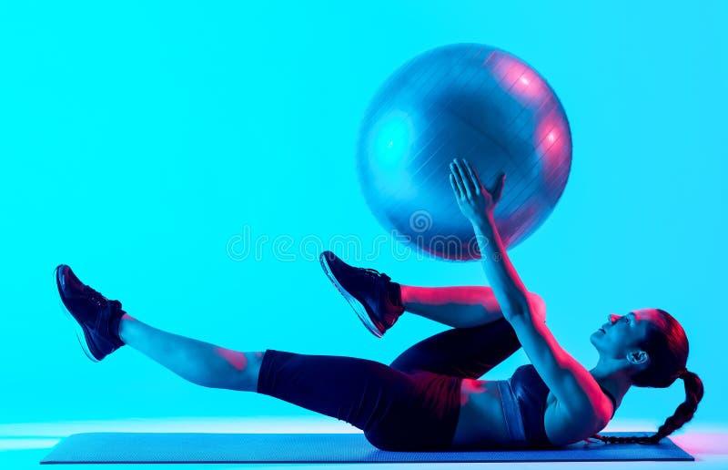Vrouw het exercsing ge?soleerde geschiktheids pilates exercices stock afbeeldingen