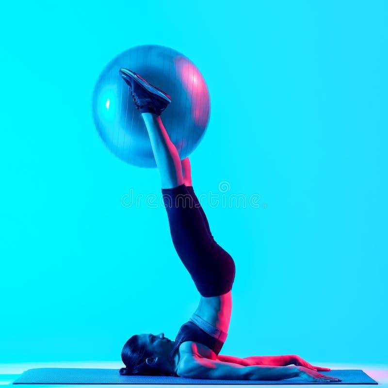 Vrouw het exercsing ge?soleerde geschiktheids pilates exercices royalty-vrije stock foto