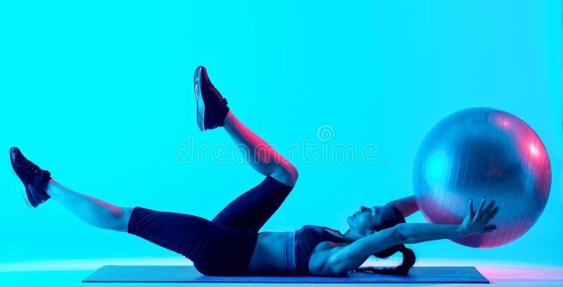 Vrouw het exercsing ge?soleerde geschiktheids pilates exercices royalty-vrije stock foto's