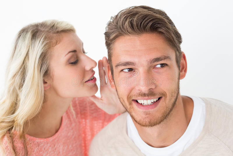 Vrouw het fluisteren het geheim in a bemant oor stock foto's