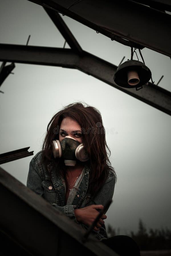Vrouw in het gasmasker stock foto's