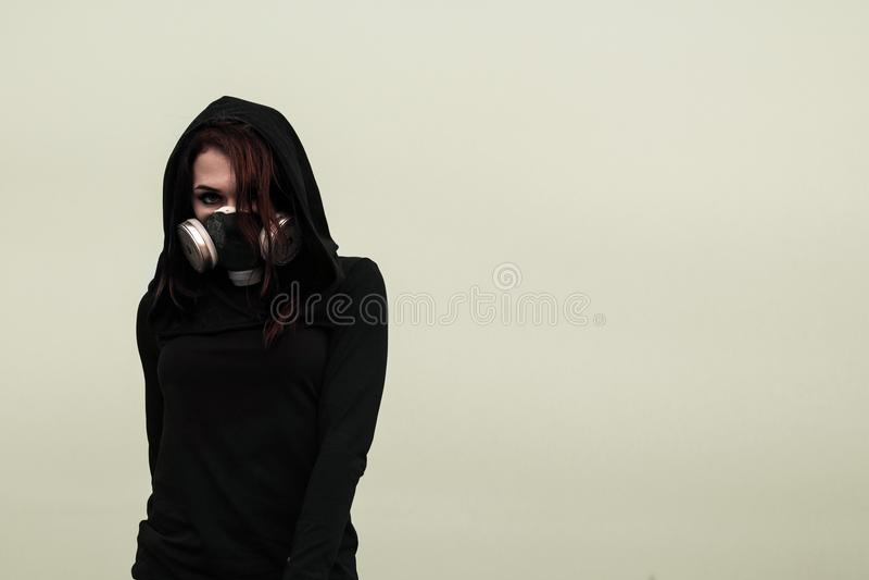 Vrouw in het gasmasker stock foto