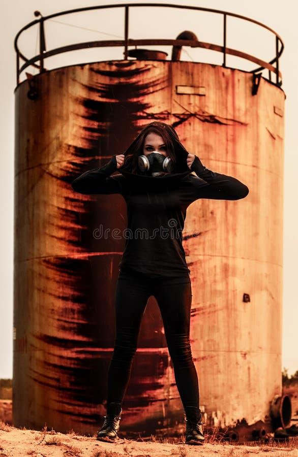 Vrouw in het gasmasker royalty-vrije stock afbeelding