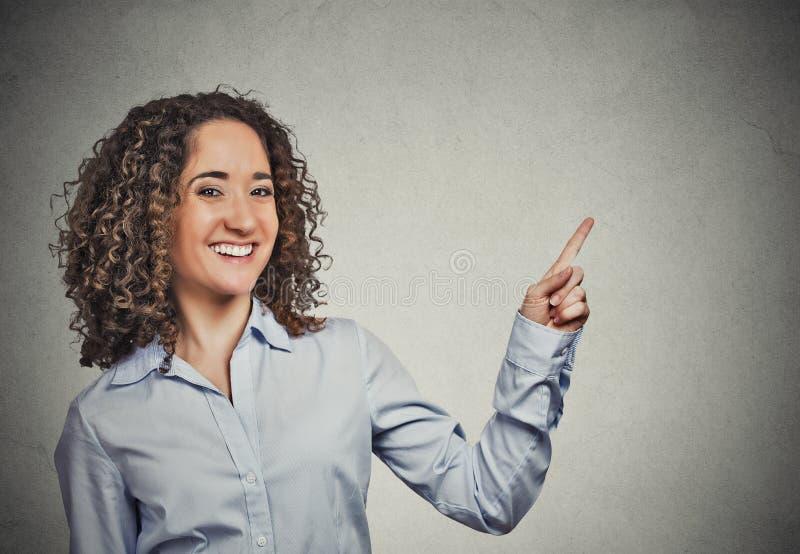 Vrouw het gesturing voorstellen richtend de ruimte van het vingerexemplaar stock foto's