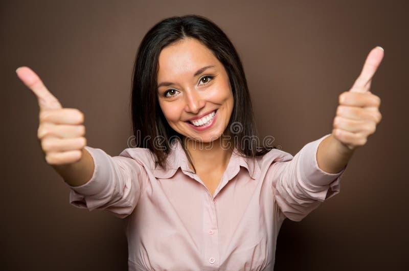 Vrouw het geven beduimelt het tekengebaar van de goedkeuringshand gelukkig omhoog glimlachen royalty-vrije stock afbeeldingen