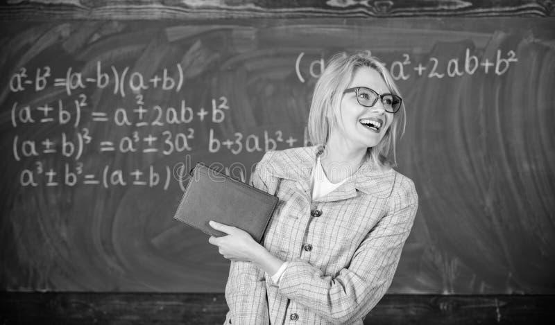Vrouw het glimlachen van de het boektribune van de leraarsgreep het voorbord Aanbeveling voor universiteitsconcept Verzoekbrief royalty-vrije stock foto