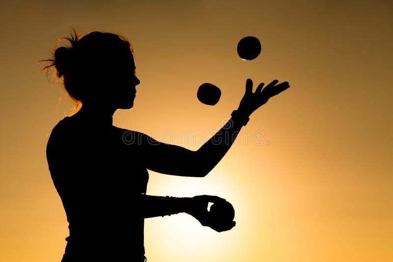 Vrouw het jongleren met royalty-vrije stock foto