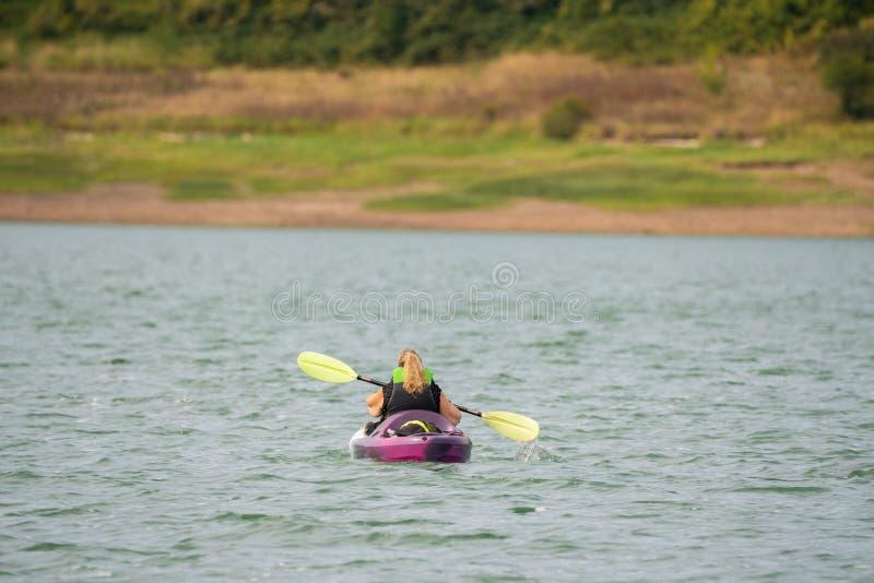Vrouw het kayaking op het Hagg-Meer, Oregon stock afbeelding