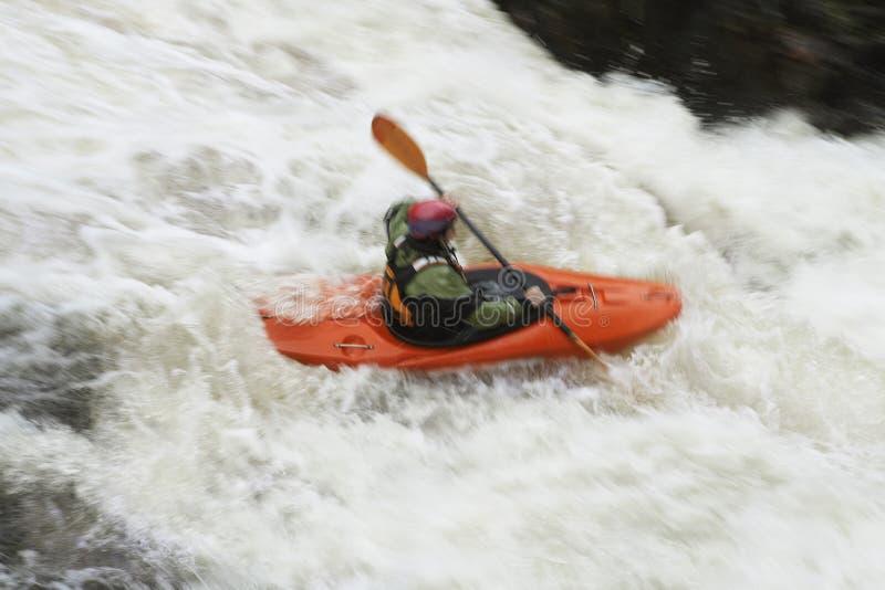 Vrouw het kayaking in rivier royalty-vrije stock afbeelding