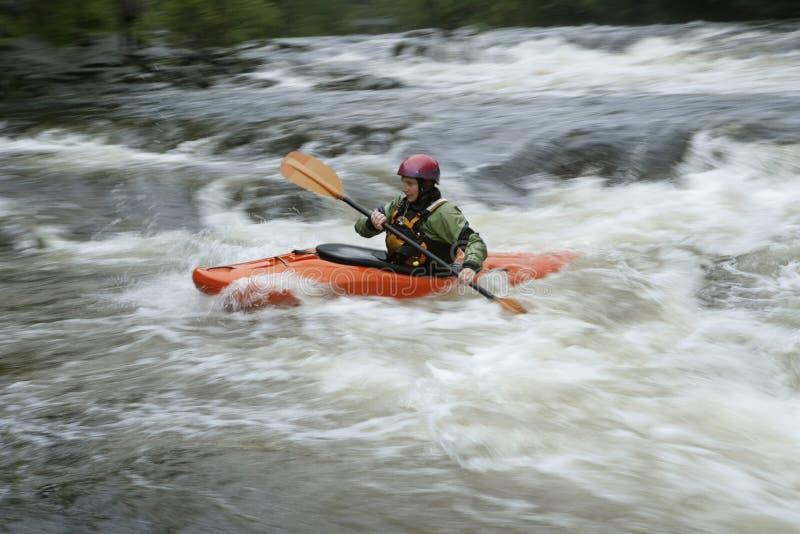 Vrouw het kayaking in rivier stock afbeelding