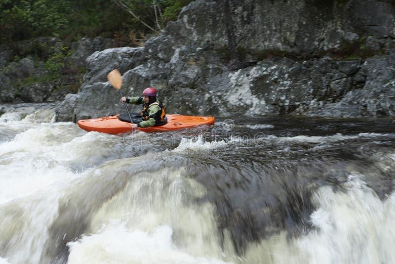 Vrouw het kayaking in rivier stock foto's