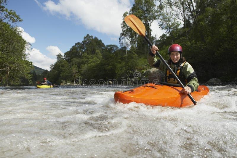Vrouw het kayaking in rivier royalty-vrije stock foto