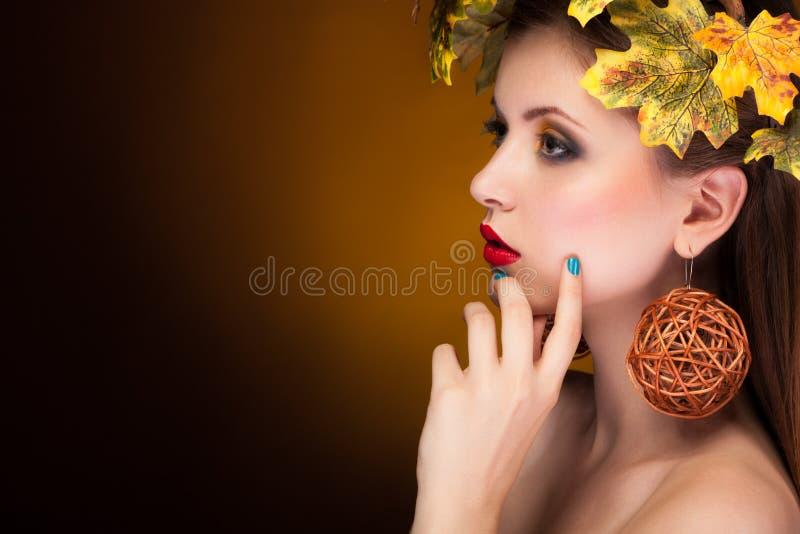 Vrouw het kijken weg met doorbladert in hoofd stock fotografie