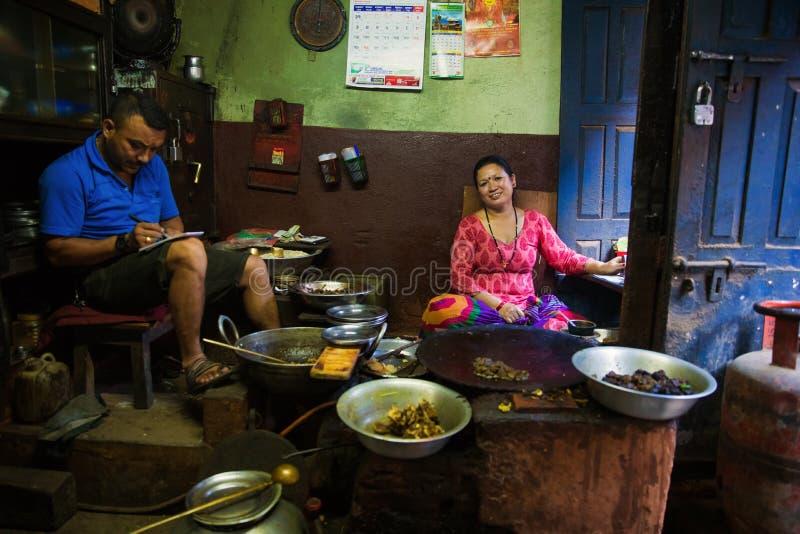 Vrouw het koken in traditioneel restaurant Nepal royalty-vrije stock foto