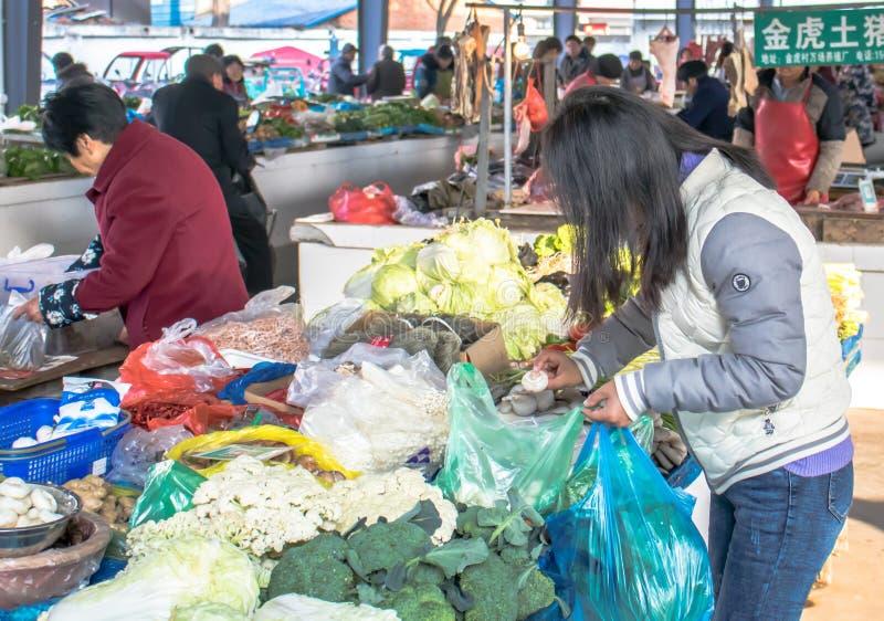 Vrouw het Kopen bij Markt stock fotografie