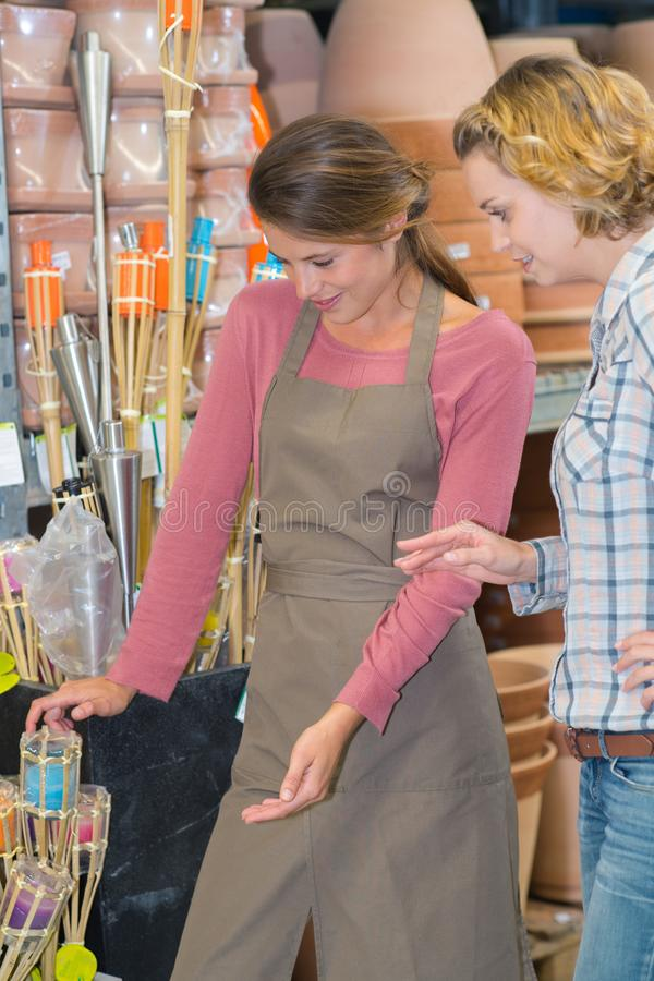 Vrouw het kopen bloempotten stock fotografie