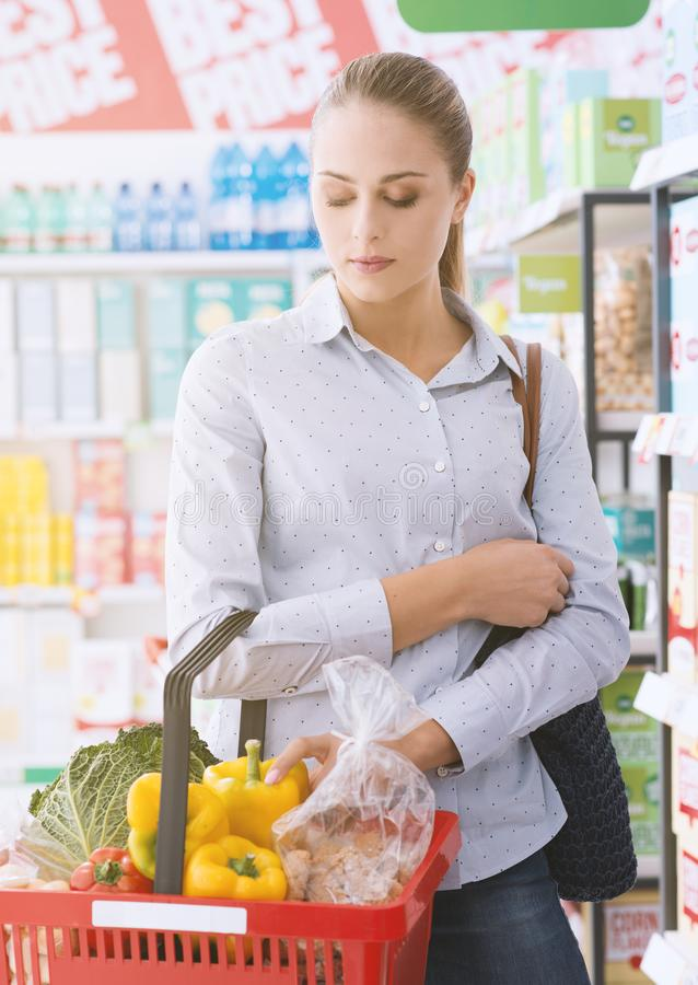 Vrouw het kopen groenten bij de supermarkt royalty-vrije stock foto