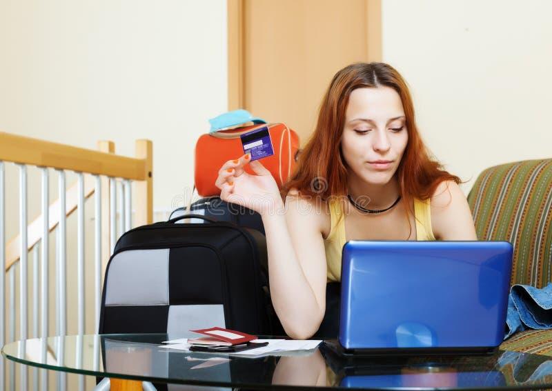 Vrouw het kopen kaartjes of online het reserveren van toevlucht stock foto