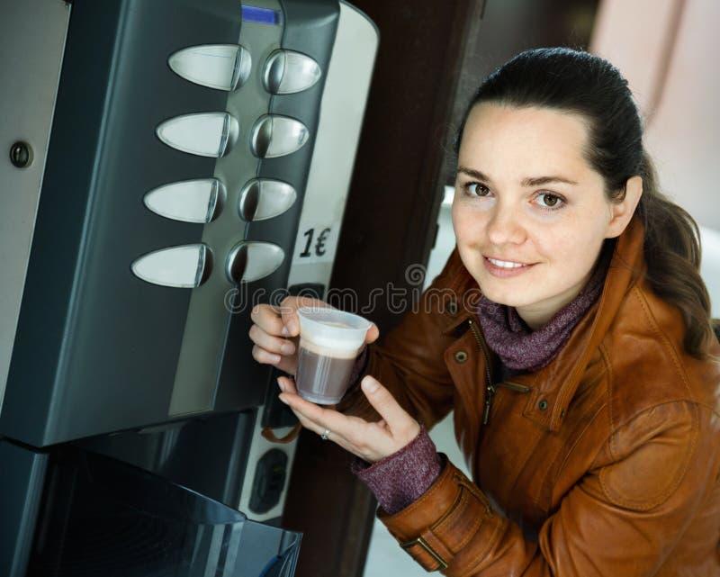 Vrouw het kopen koffie van automatische machine royalty-vrije stock foto's