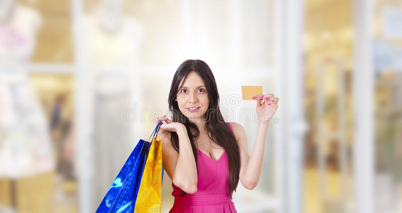 Vrouw het kopen met creditcard stock afbeeldingen