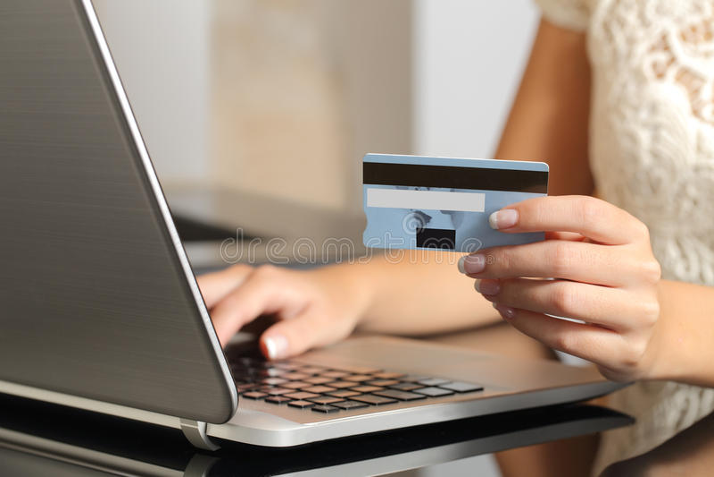 Vrouw het kopen online met een creditcardelektronische handel stock afbeelding