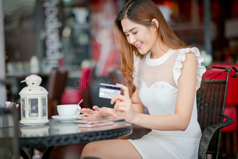 Vrouw het kopen online op vakanties met laptop royalty-vrije stock foto