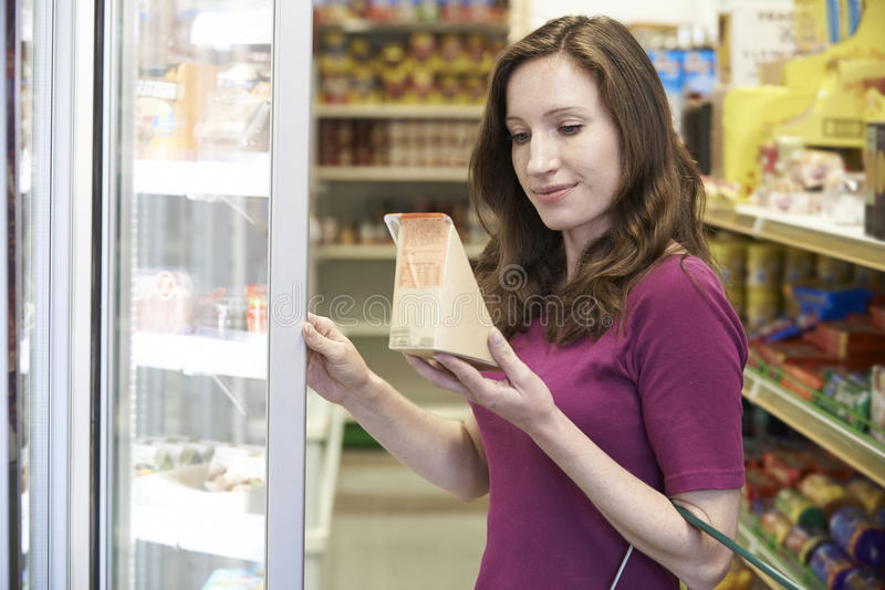 Vrouw het Kopen Sandwich van Supermarkt royalty-vrije stock fotografie