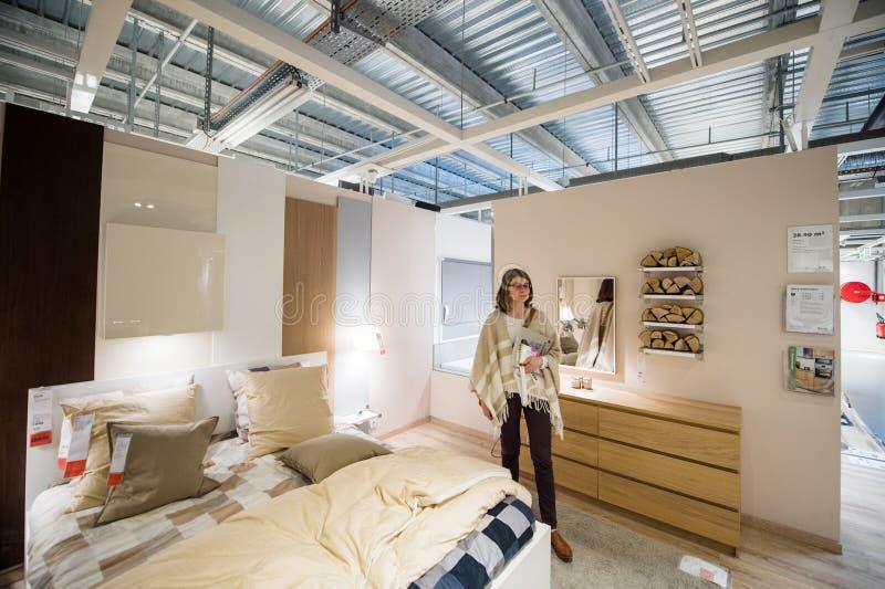 Vrouw het kopen slaapkamermeubilair stock afbeelding