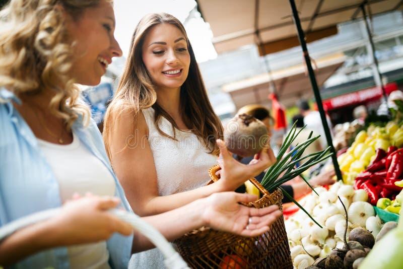Vrouw het kopen vruchten en groenten bij lokale voedselmarkt royalty-vrije stock fotografie