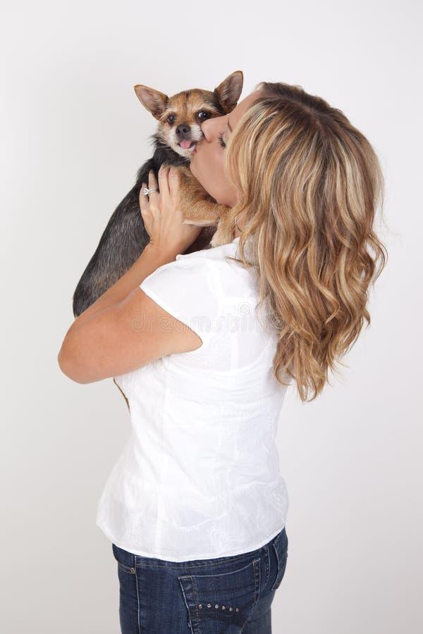 Vrouw het kussen hond stock foto
