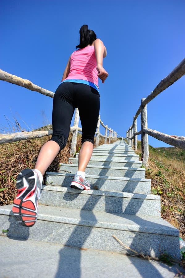 Vrouw het lanceren op bergtreden stock foto