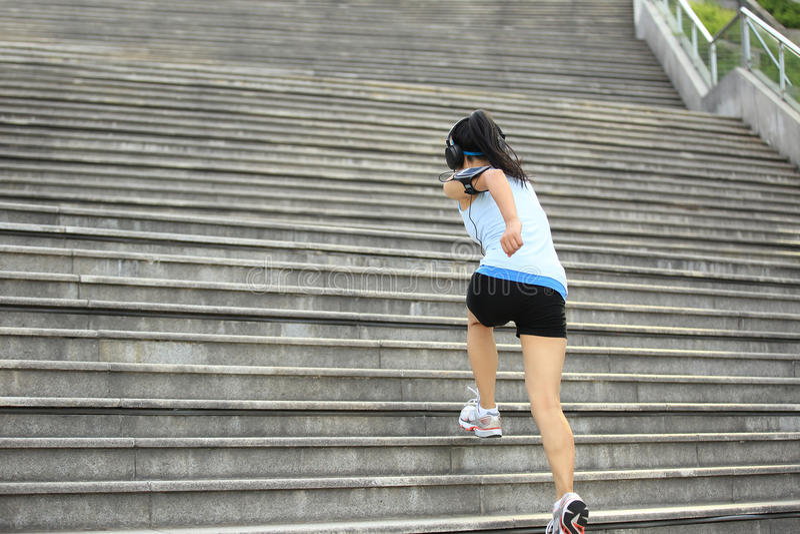Vrouw het lanceren op steentreden stock foto's