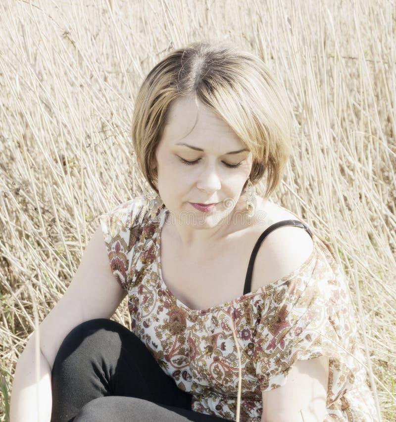 Download Vrouw In Het Landelijke Plaatsen Stock Afbeelding - Afbeelding bestaande uit buiten, slank: 39113499