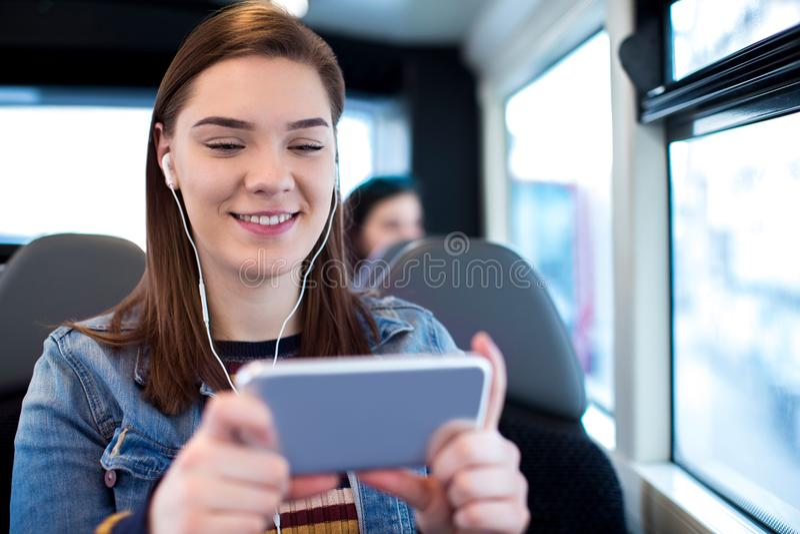 Vrouw het Letten op Film op Mobiele Telefoon tijdens Reis aan het Werk stock foto's