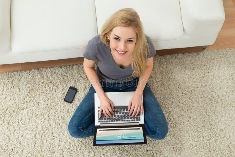 Vrouw het Letten op Film op Laptop royalty-vrije stock afbeelding